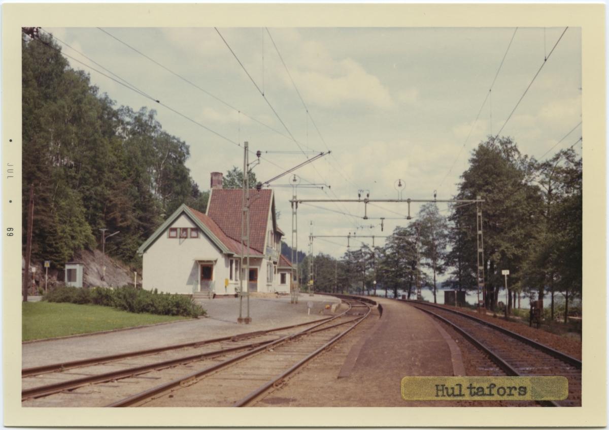 Vy vid Hultafors. Stationen anlades 1893. Tvåvånings station i korsvirkesstil. Mekanisk växelförregling.Till att börja med fanns här en inofficiell hållplats, 1896 officiellt en håll- och lastplats med en mindre träbyggnad. 1908 uppfördes ett nytt tvåvånings stationshus i korsvirkesstil och godsmagasinet tillbyggdes. Det nya stationshuset är ritat av arkitekt Yngve Rasmussen från Göteborg.Stationen avbemannad fr 23 maj 1971, då godstrafiken nedlades. Fr o m 16 juni 1980 indrogs även uppehållen för persontågen. Stationshuset blev efter avbemanningen personalbostad åt Hultafors Hälsocenter. 1986 övertogs det av Hultafors intresse- och bygdegårdsförening, som nu återställer byggnaden till ursprungligt skick.