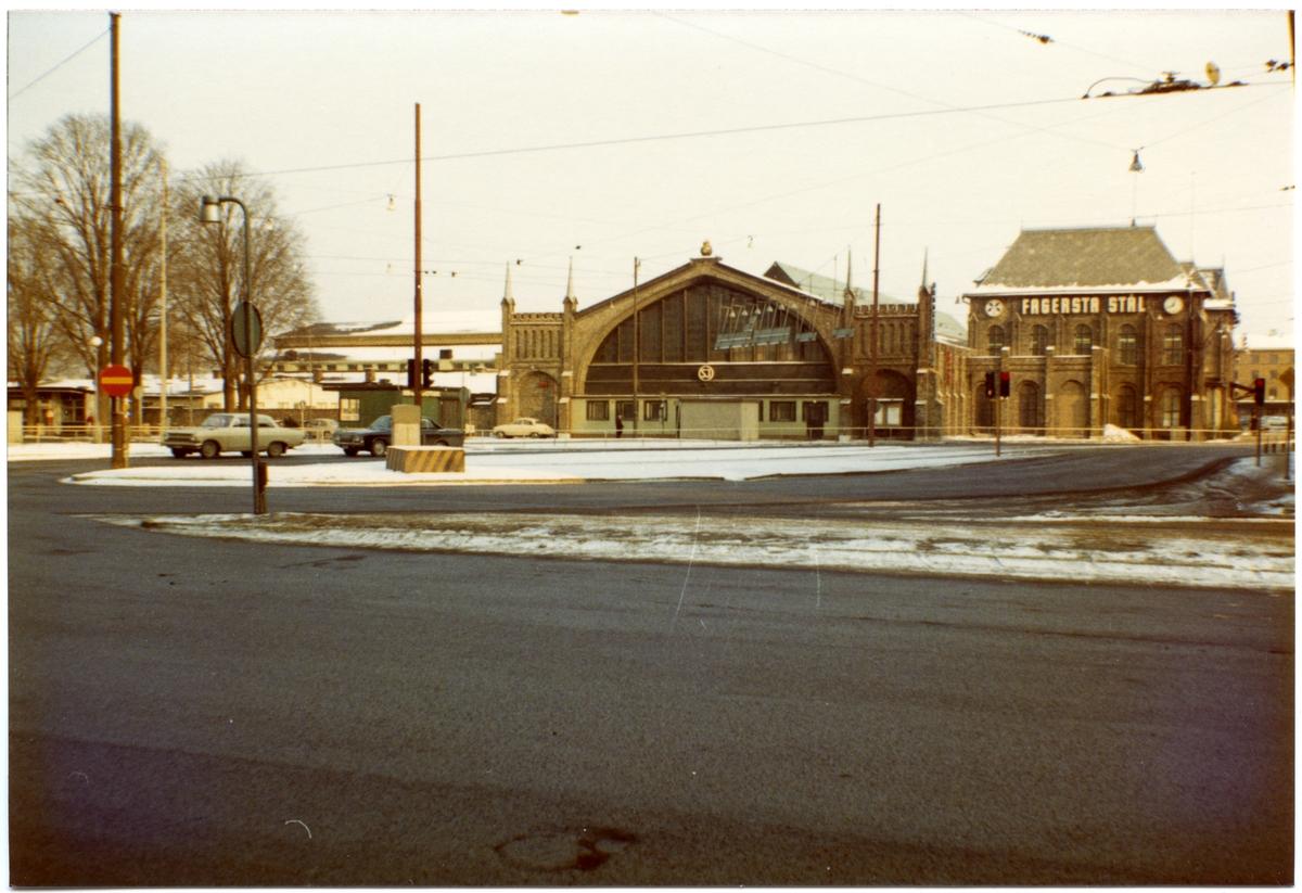Byggt 1856 - 57. Stationen hade banhall 1856 - 1923. Ombyggt 1923 o 1930  1923, då en eldsvåda ödelade större delen av övervåningen verkställdes en grundlig modernisering och utvidgning av denna. I samband härmed bortflyttades spåren och plattformarna ur banhallen som ombyggdes och inreddes till en rymlig vänthall.Namnet ändrades 15.5.1930 till GÖTEBORG CENTRAL