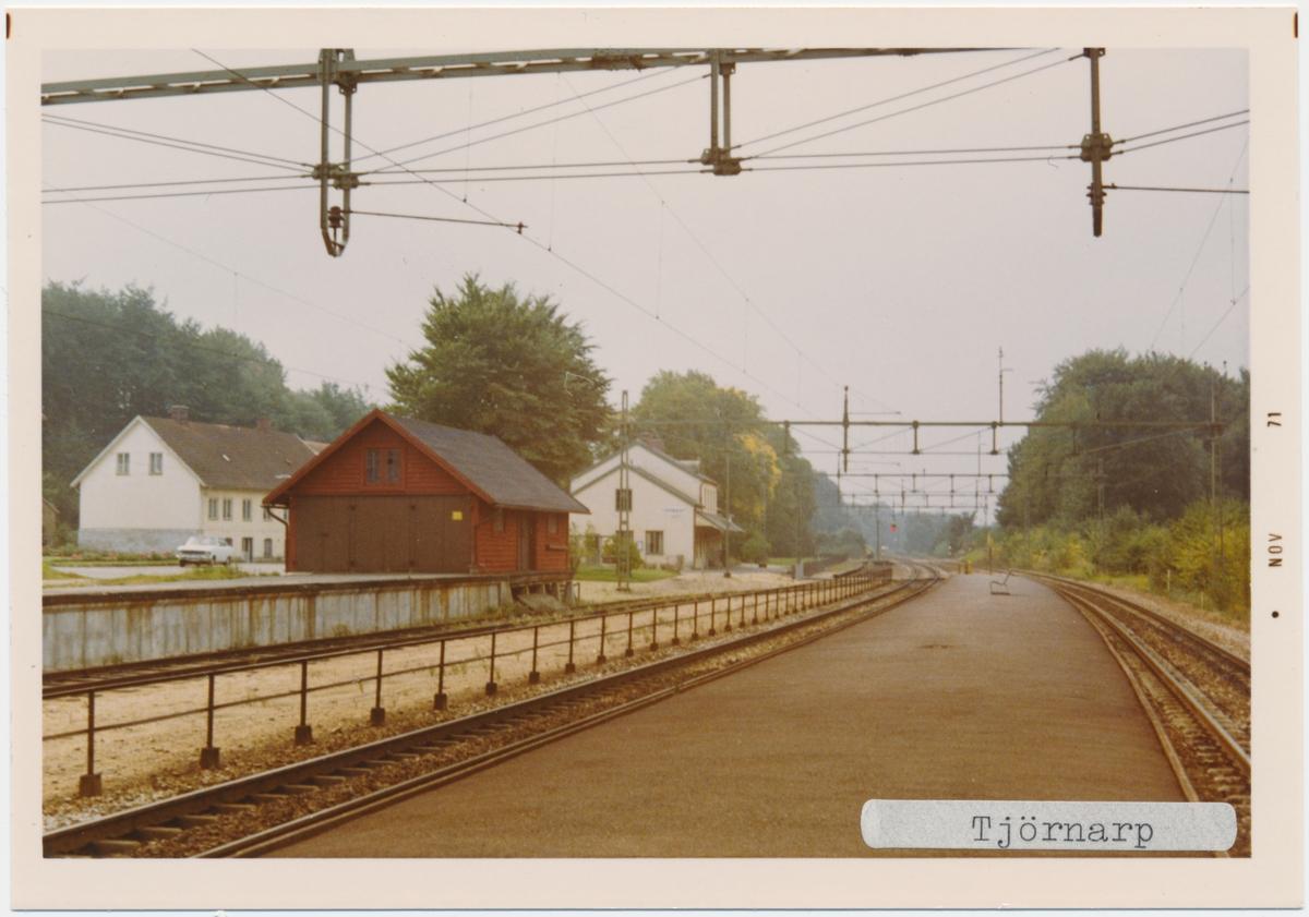 Tjörnarp station 1971. Statens Järnvägar, SJ. Stationen öppnades 1859. Det första stationshuset byggdes 1859 och det andra och nuvarande stationshuset byggdes 1915. Fick dubbelspår 1904. Banan elektrifierades 1933.