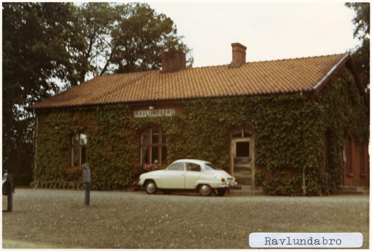 Ravlundabro station 1971. Ystad - Brösarps Järnväg, YBJ. Stationen öppnades 1901. Stationshuset byggdes 1901 och finns fortfarande kvar som privatbostad. Uthus och dressinbod finns också kvar. Blev håll- och lastplats på slutet av trafiktiden. Gick till Statens Järnvägar, SJ 1941. Banan elektrifierades 1996.