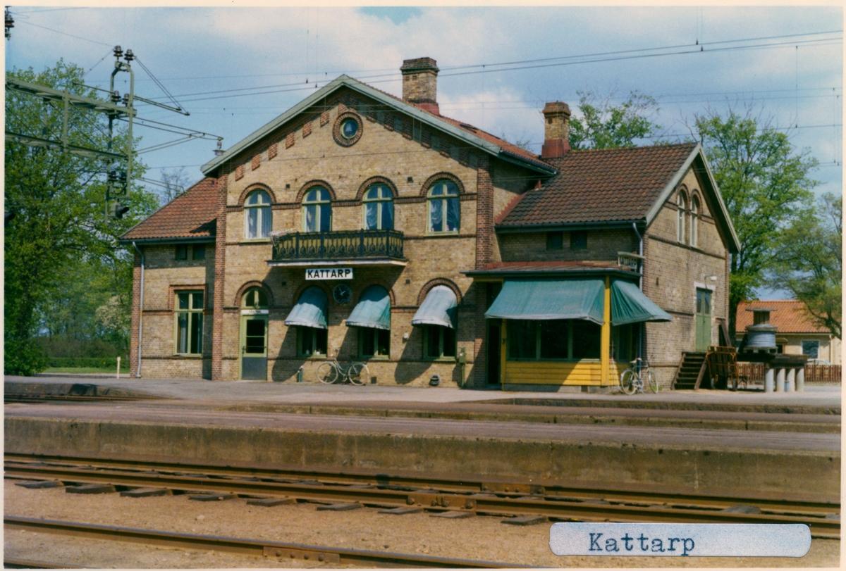 Station anlagd 1884. Stationshuset, en och en halv våning i tegel, har grundligt modeniserats 1913 och 1937. Elektriferingen kom 1937. Järnvägen lades ner 1972 och godstrafiken 1992. Spåren revs upp 1997.