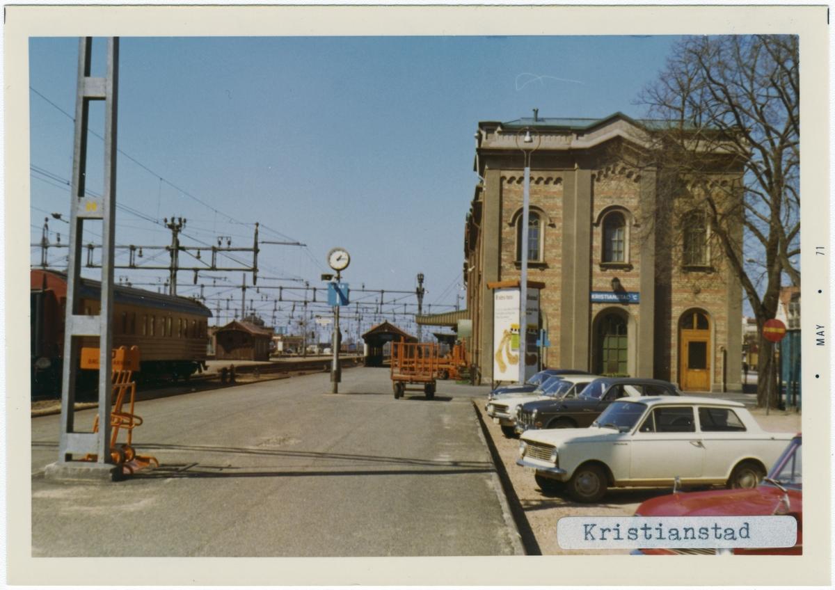 Stationen byggd 1865 av CHJ. Arkitekt: C Adelsköld. Stationen hade banhall 1865 - 1917, Stationshuset ombyggt 1917. Lokstationen byggd 1912 - 14  verkstaden byggd 1908, ombyggd 1955. Nedlagd som driftsverkstad 30 juni 1991. Bussgarage och vattentorn från 1915, ställverksbyggnad från 1950-talet, godsmagasin från 1910-talet.