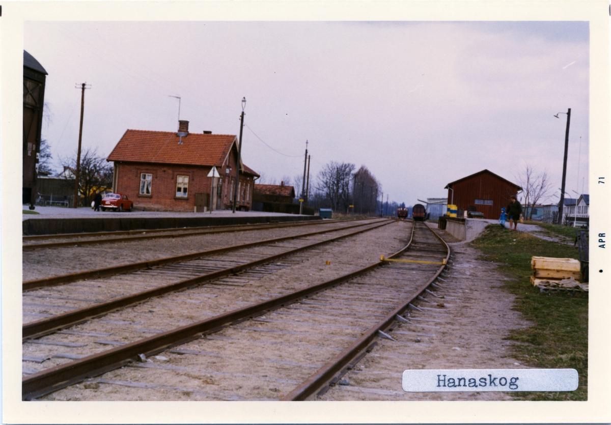 Stationen byggd 1894.Stationshuset byggt 1896. Tillbyggdes 1920. Namnet var före 1908 Qviinge.Stationshuset är numera privatbostad