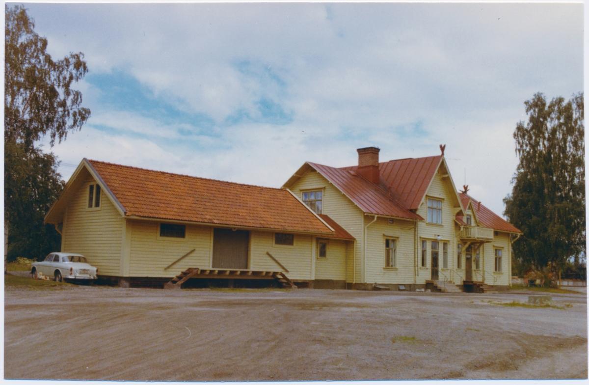 Godsmagasin sammanbyggt med stationshuset, sett från vägsidan