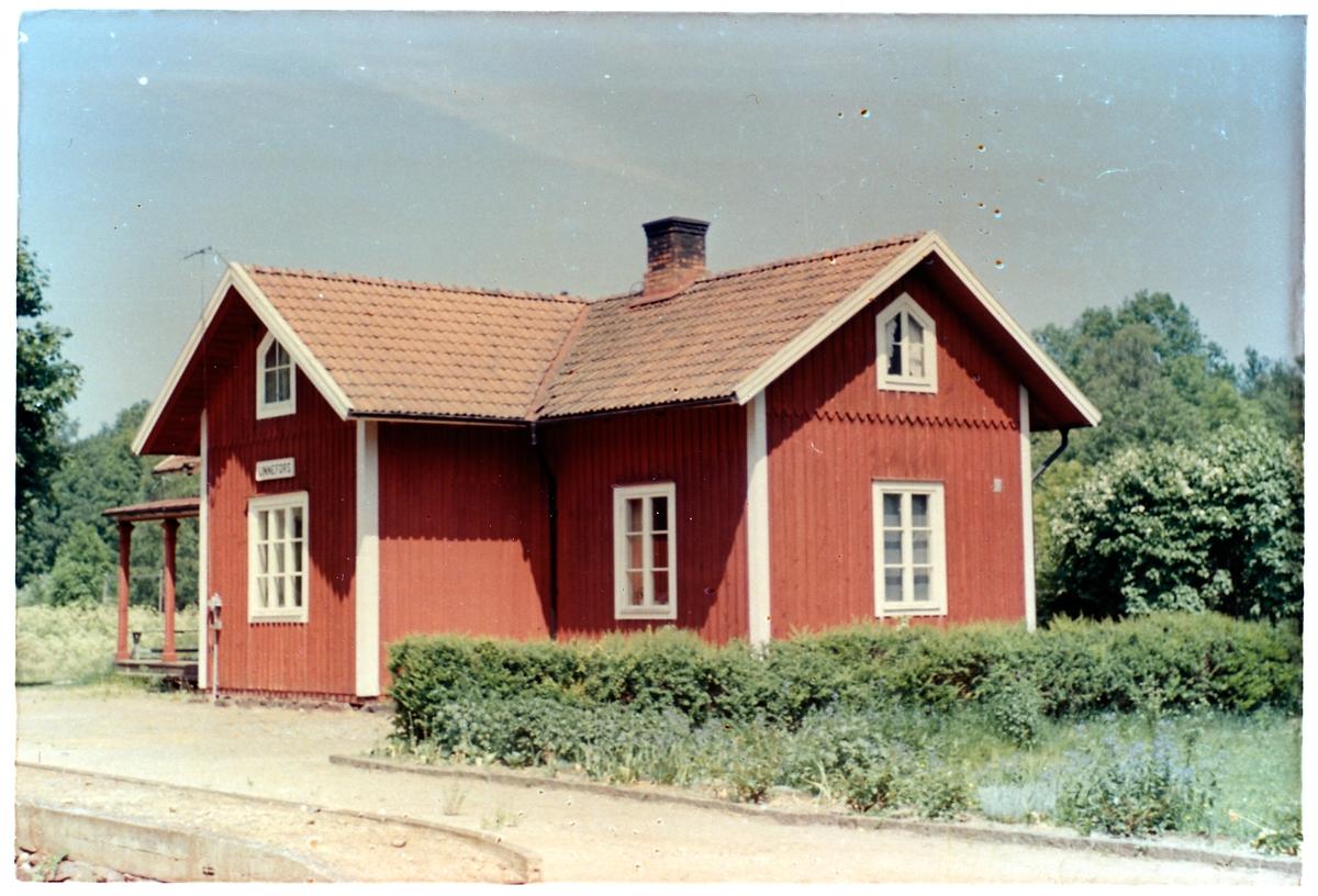 Hållplats anlagd 1874. Envånings stationshus i trä, byggt i vinkel, moderniserad 1944