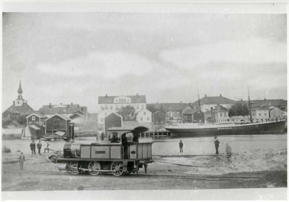 """Hudiksvalls Järnväg, HJ Lok 3 """"Forssa"""" vid hamnen 1871."""