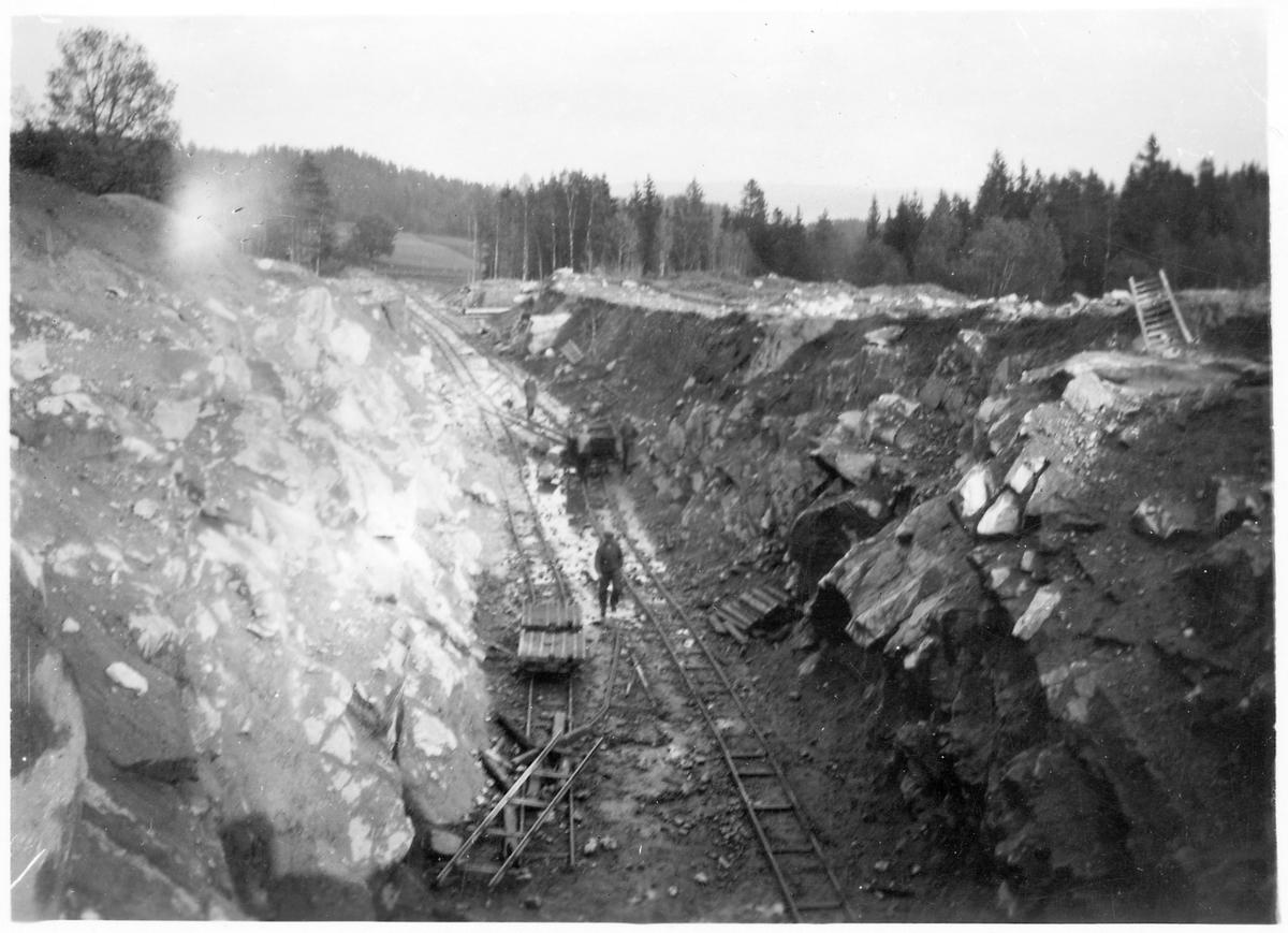 Spårläggning längs linjen mellan Ulricehamn och Jönköping. Decauvillespår, de färdiga rälsbitarna användes som provisoriska banor för banarbetsfordon.