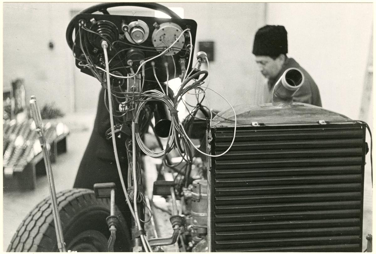 Detaljbild av grill och instrumentpanelens baksida.
