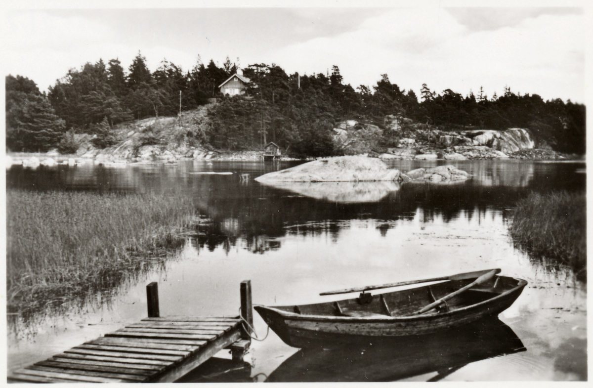 Skärgård i Oxelösund med roddbåt.