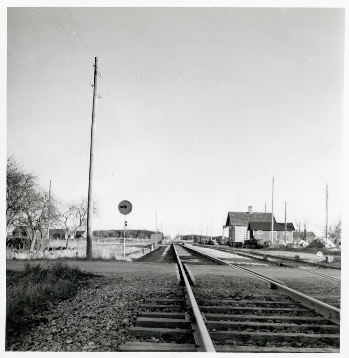 Järnvägsövergång vid Nöbbelöv station, på sträckan mellan Långebro och Tollarp.