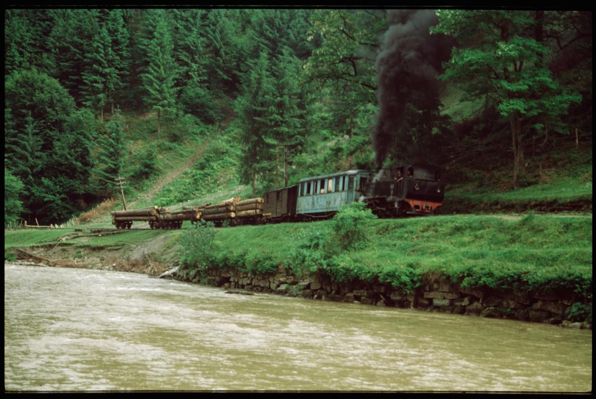 Ånglok 764-469 med vagnar på Rîpi-linjen, Rumänien.