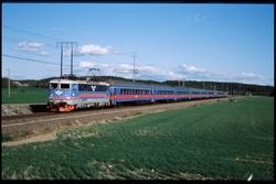Persontåg öster om Malmby. Statens Järnvägar, SJ Rc5 1353.