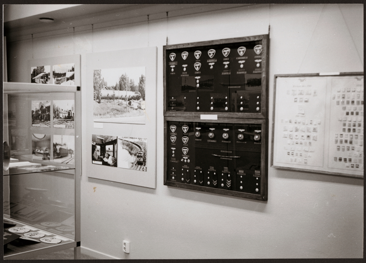 Utställning med bilder på Trafikaktiebolaget Grängesberg - Oxelösunds Järnvägar, TGOJ fordon och tjänstemärken.