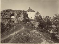 Slottsruin i Nyköping med Nyköpingshus i mitten av bilden.
