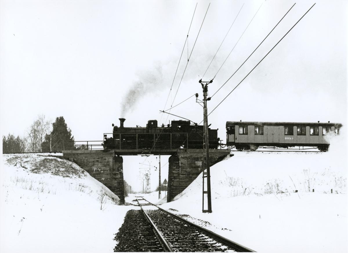 Dala - Ockelbo - Norrsundet Järnväg, DONJ lok 8.  Ånglok med personvagn på järnvägsbro över korsningen av bandel 176 och 104 under vintertid.