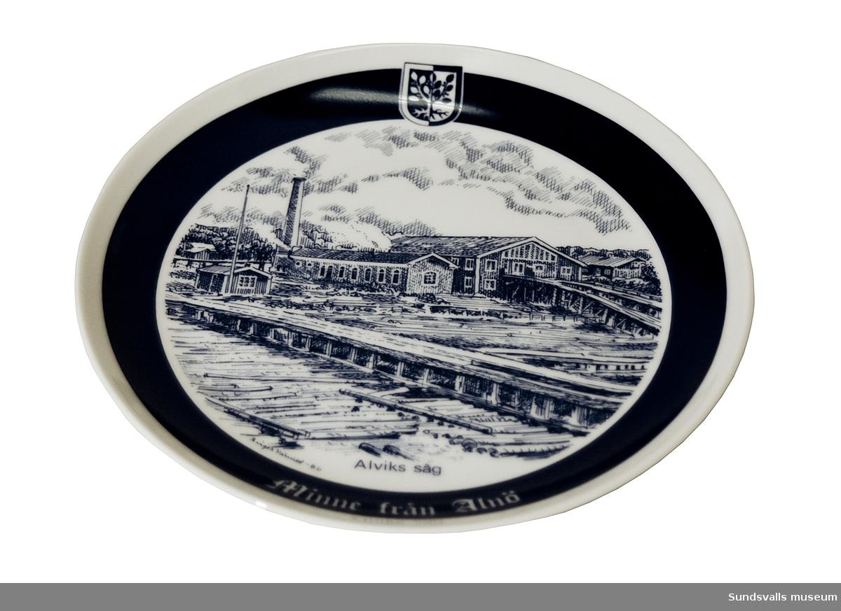 Glaserad minnestallrik över Alviks såg, upplaga 34 av 250. Alnötallrik nr. XIII