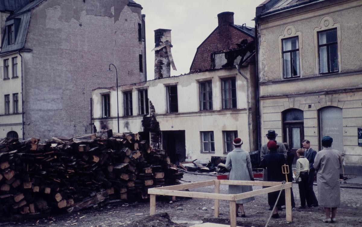 Stadsvy rivning. Kyrkogårdsgatan 18, 20 (senare Näbbtorgsgatan). Husen revs ca 1963 då även fotot är taget. Bakom huset som rivs ser man gaveln på Holmbergs bokbinderi o kartongfabrik, med adress Änggatan 13.
