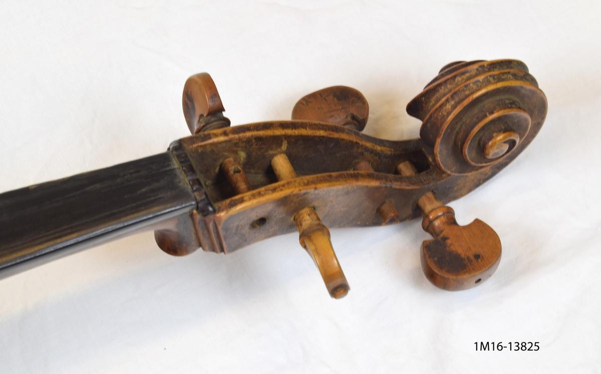 """Medelstor Cello tillverkad av Peter Hellstedt i Stockholm 1755. Stallet löst. Strängar saknas. På baksida cellon märkt """"S. HEL""""."""