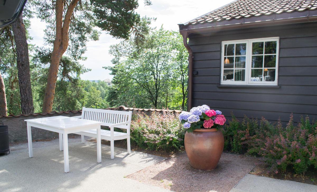 Benk og bord ute på Gjestestuene, sommer