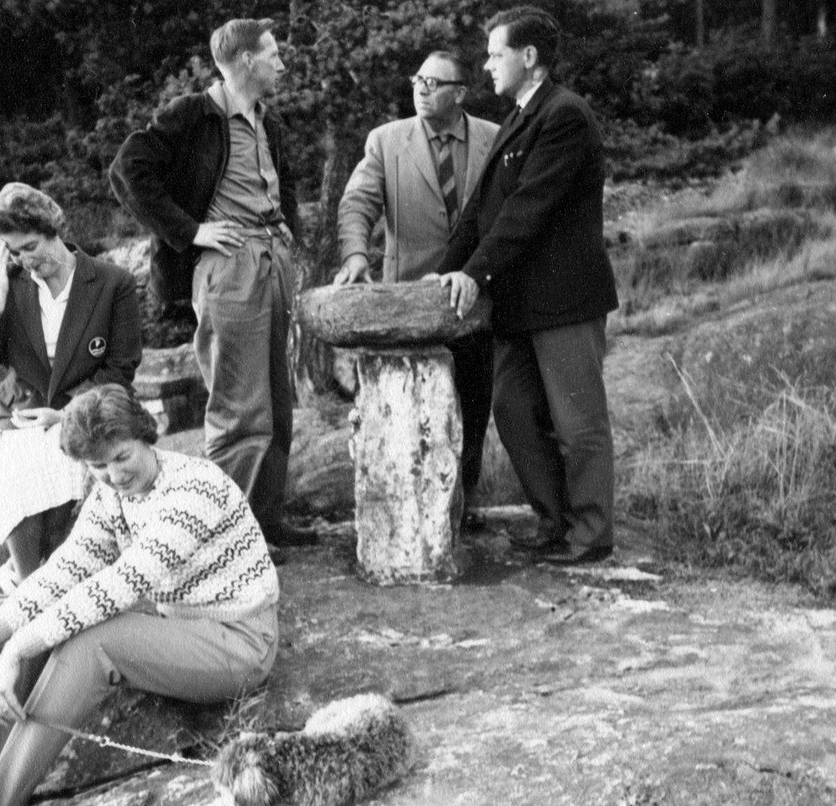Vägfrågan diskuteras i en paus på årsmötet vid badstranden 1962.