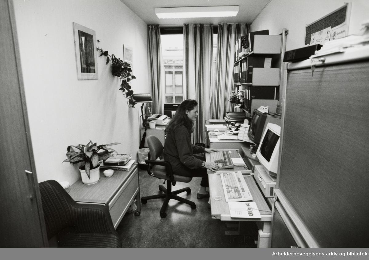 Folkets Hus. Rom 906, avlytningssentralen. November 1993