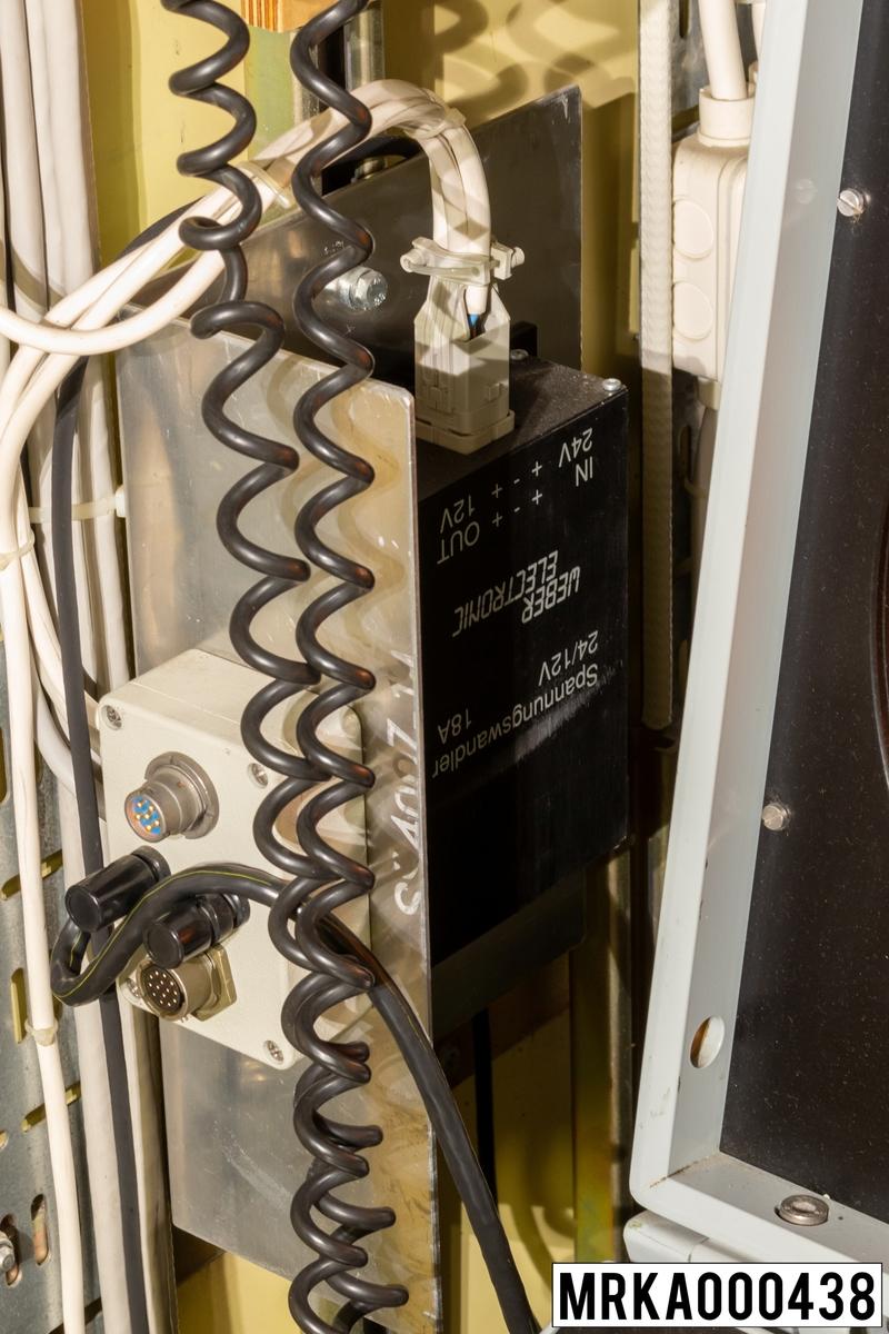 Omformare som omvandlar 24 V till 12 V spänning som transportvärmaren kräver.