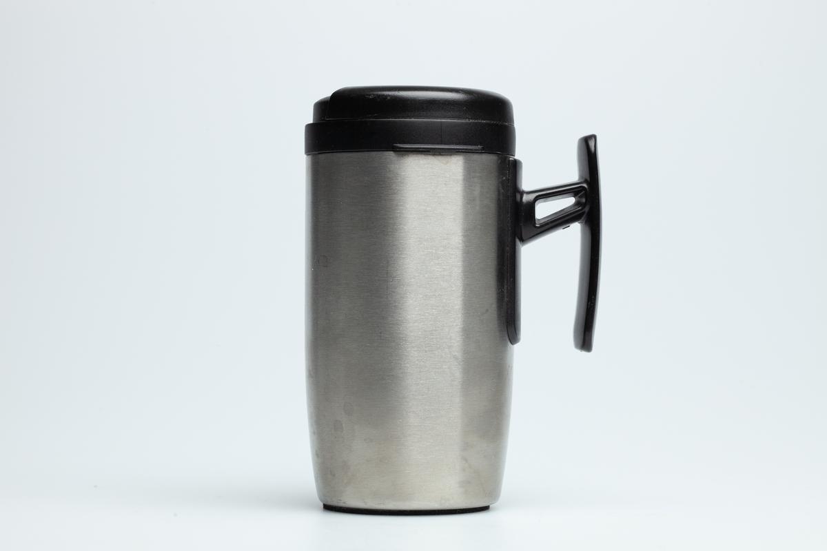 En Statoilki grå metall med hank i hardplast. På koppen er en Statoillogo.