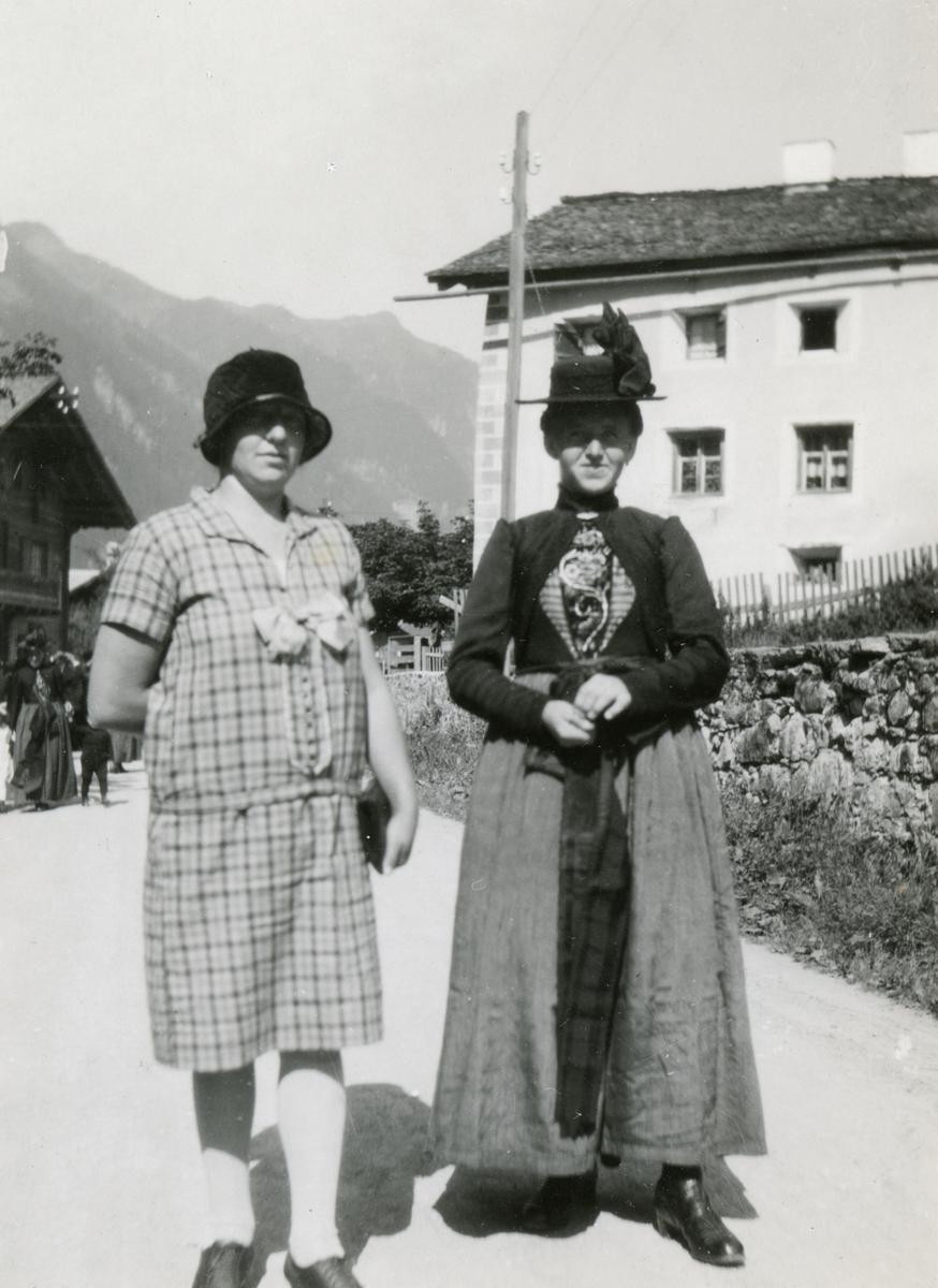 Portrettfotografi av to damer i penere drakter og hatt ved St. Gallenkirch i Østerrike.