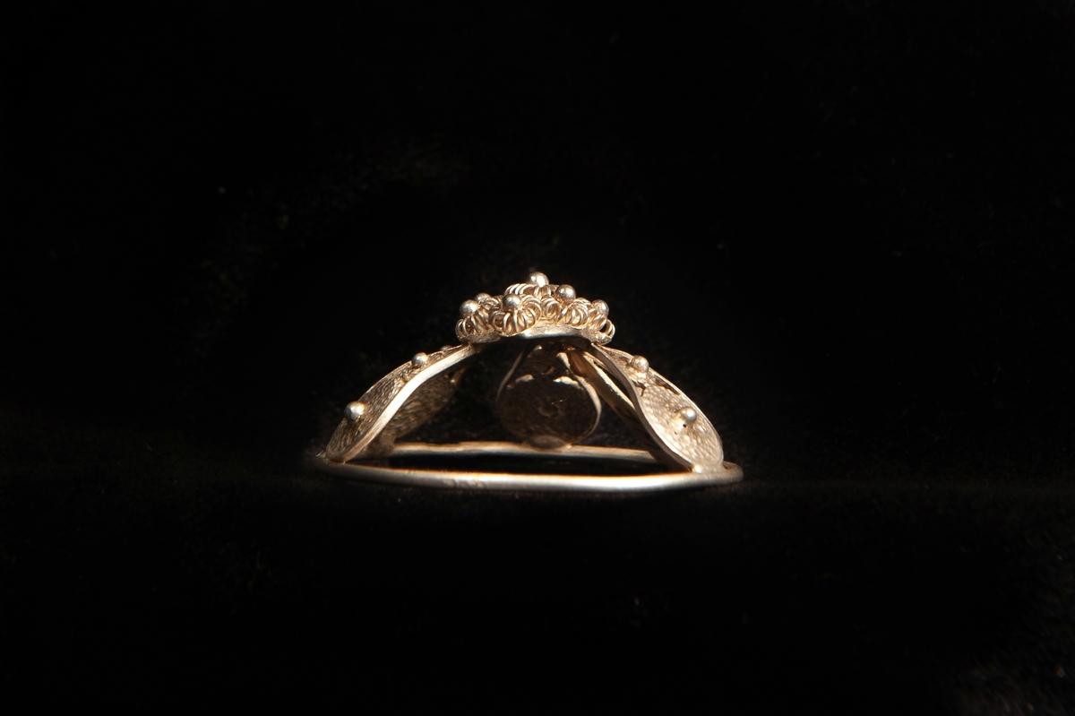 """En malja av silver. Glest filigranarbete i fem st. """"tungor"""" upp mot liten blomma i filigran. Stämplad på rundelns kant. JM.19973:a-e hör ihop."""