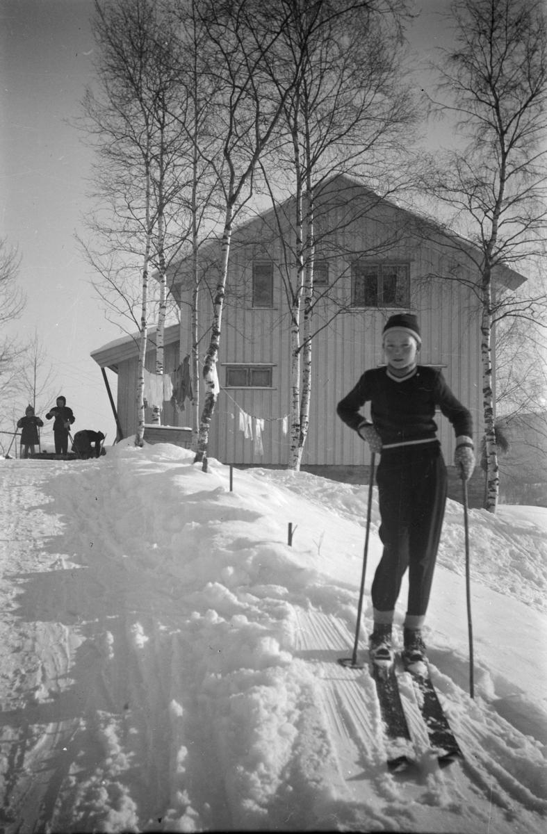 Gutt på ski i Vestringsvegen 208, Segalstad bru, fotografens eiendom