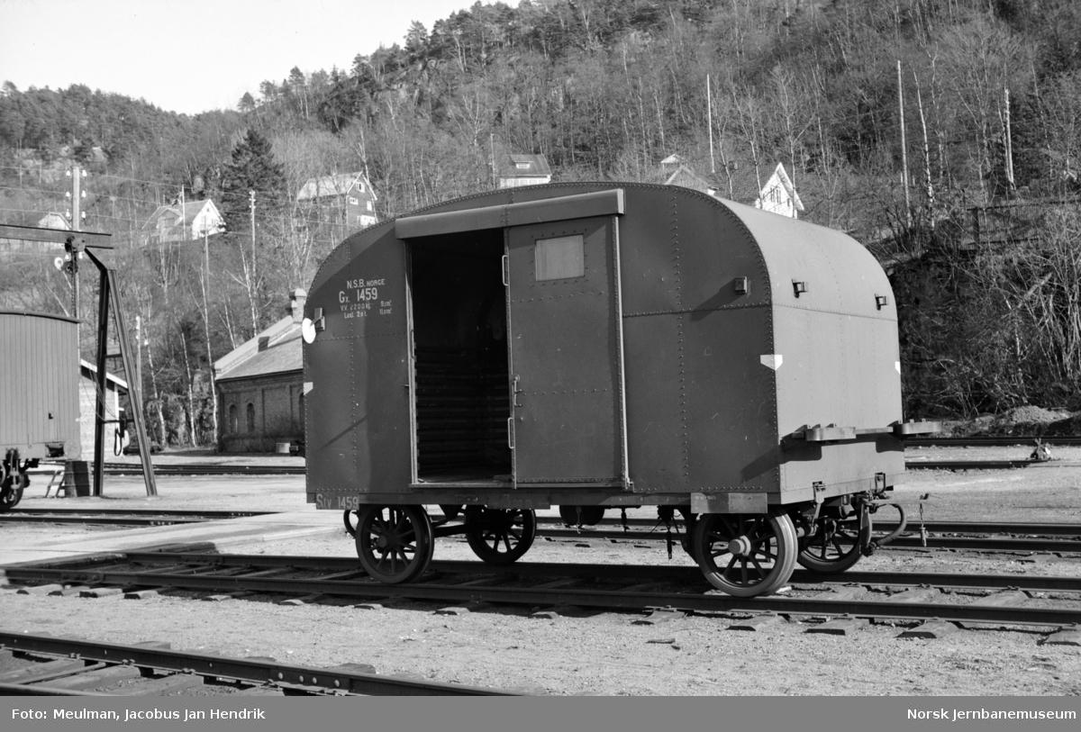 Godstilhengervogn litra Gx nr. 1459 for motorvogn type Cmdo 7 (senere Bmdo 87) på Flekkefjord stasjon.