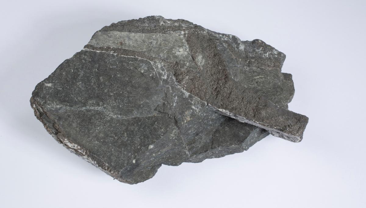 Sølvåre, 2,2 cm bred, i sidebergart Vekt 1953,76 g Størrelse: 16 x 15 x 6 cm