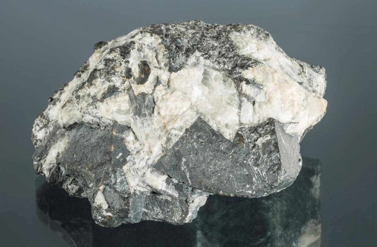 Vekt 1399,97 g Størrelse: 12 x 9 x 5.5 cmMassiv argentitt + krystaller i kalsitt, sølv