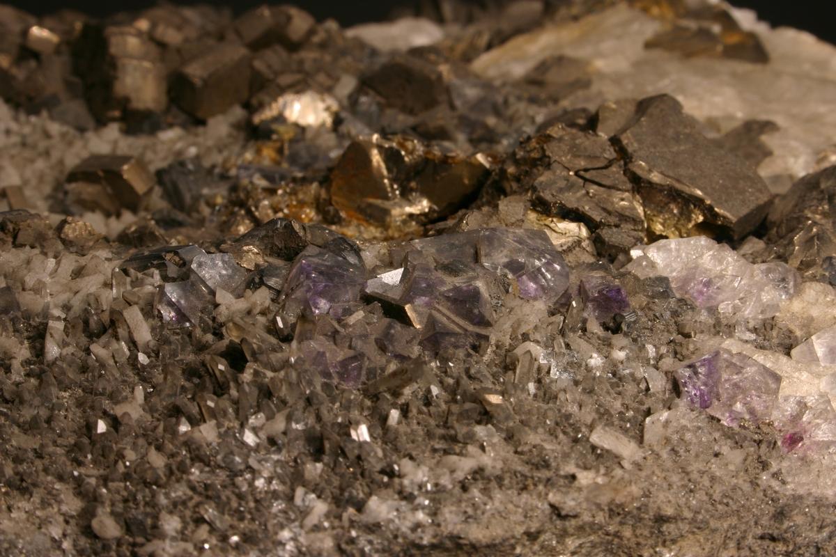 Krystaller av pyrrhotitt, sinkblende, kvarts, adular, kalsitt Etikett: 256 Vekt: 8900,5 g Størrelse: 24 x 20 x 9,5 cm