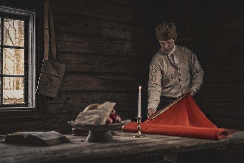 Ruben lager bøker slik de så ut på 1700-tallet, med nål og tråd. Foto: Jan Kraft