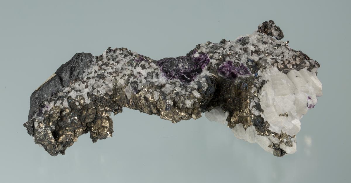 Sterkt fiolett flusspat, pyritt, kalsitt, sølv, sølvglans, bergkrystall, litt sideberg Etikett: 372 Vekt: 522,63 g Størrelse: 14 x 5,5 x 3,8 cm