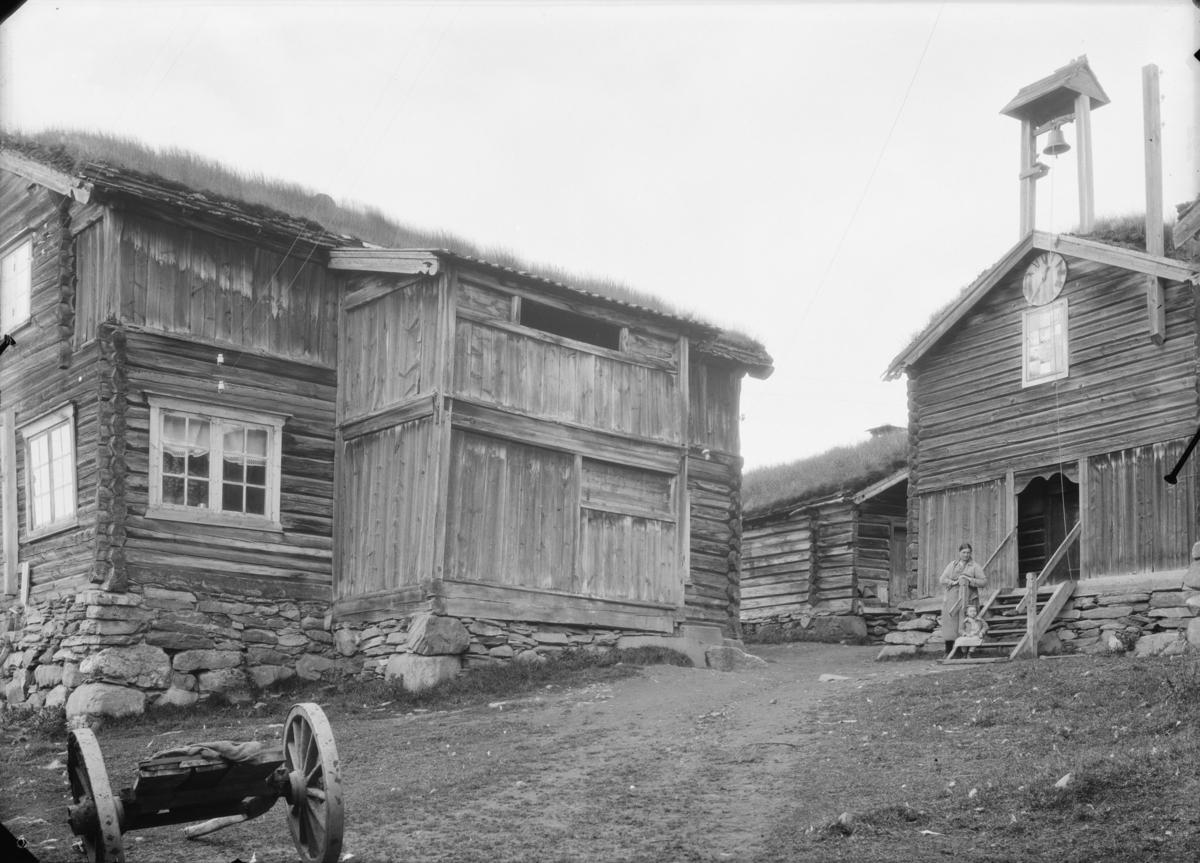 Vågå, tunet på Valbjør. Fra venster nørdre stugu og stabbur med klokketårn og urskive i mønet.