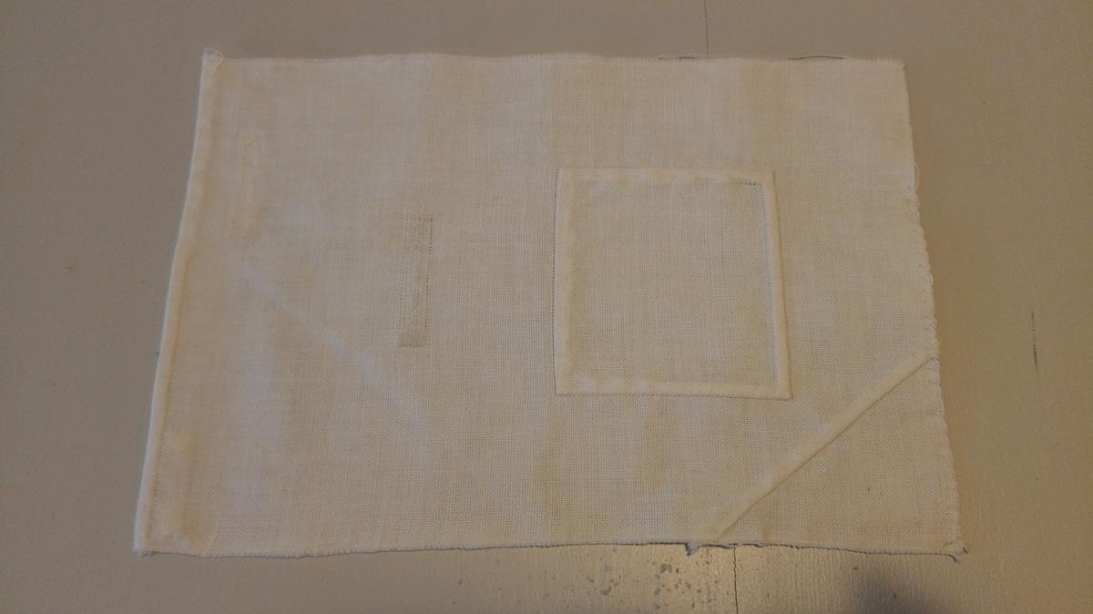 Form: Falda på eine kortsida, overkasta på den andre kortsida, jare på eine langsida, sårkant på den andre. Prøver på fylgjande: Stopping m/tråd, innfelling av trekanta og firkanta bot, tråkling, overkasting.