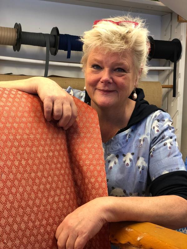 Møbeltapetserermester Inger Eide har en livslang yrkeskarriere, og har selv fått opplæring av de beste. Inger har lang tradisjon på å lære opp dyktige nye møbeltapetserere i bedriften sin på Stabekk gjennom Trhå.
