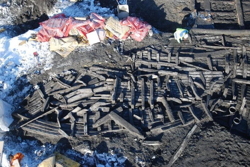 Skipsfunnet BC8 etter at det var avdekket på utgravningen. Konservatorene arbeider nå med å sette sammen og stille ut skipsdelene slik de ble funnet.