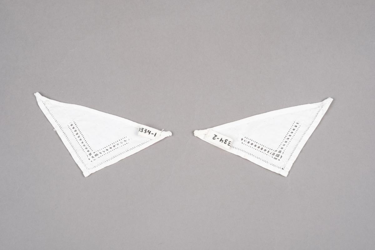 To trekantede tøystykker brodert med hvit hullsøm på to sider. Trolig brukt som pyntekrage.
