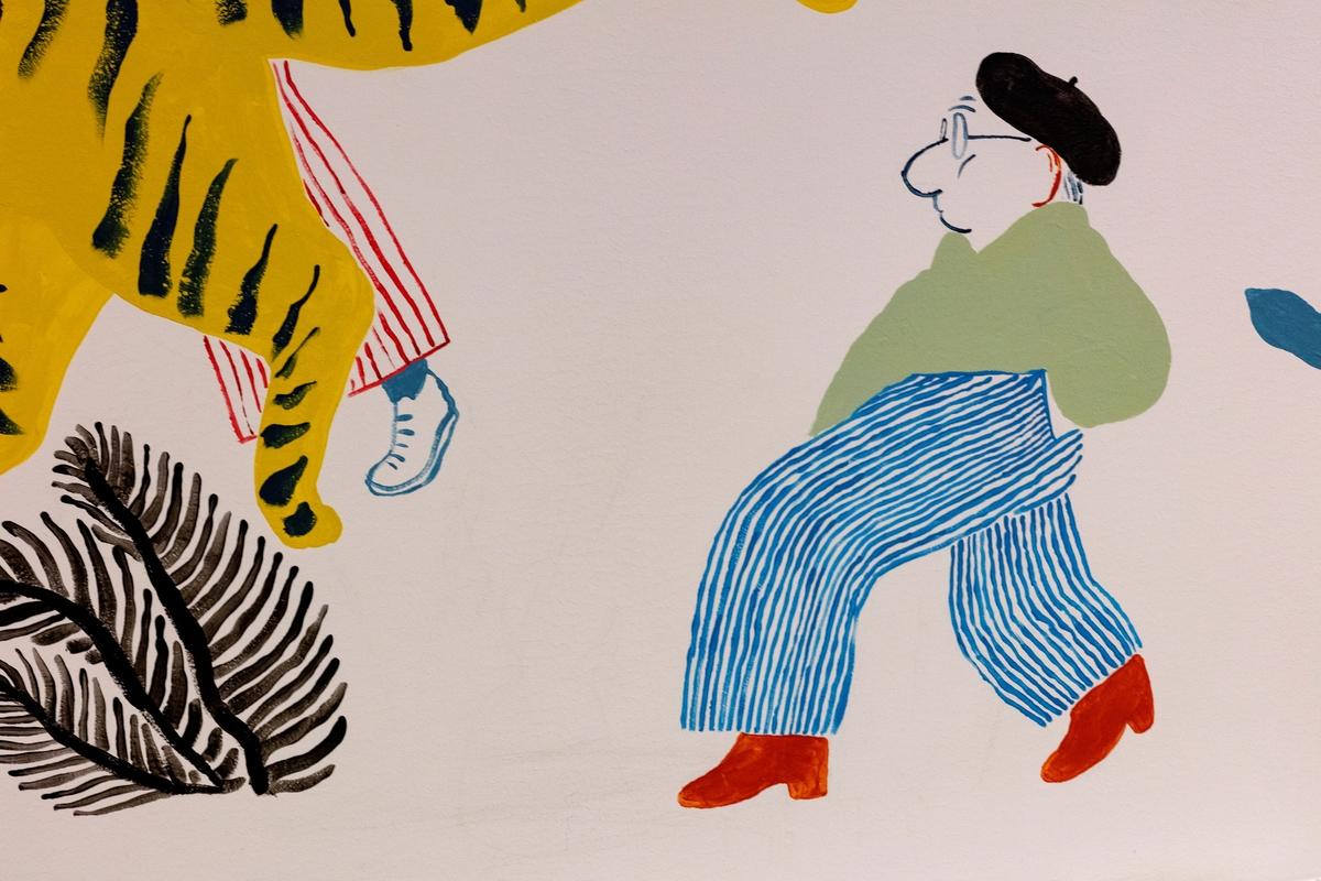 """Marianne Rumohr stod bak den kjende ABC-læreboka frå 1939, som blei brukt i den norske skulen i fleire generasjonar. Denne boka, med dyreillustrasjonar av Carl von Hanno, har vore ei inspirasjonskjelde for bildekunstnaren Mari Kanstad Johnsen. Hennar veggmåleri """"Alfabetisk reisefølge i fri rekkefølge"""" består av ein parade menneske og dyr i sterke fargar. Arbeidet kan seiast å parafrasere ideen om læring og er ein leiken kommentar til læringssituasjonen og kvardagslivet til høgskulestudentane.  Tittelen """"Alfabetisk Reisefølge i Fri Rekkefølge"""" peker til at de fire delene inneholder elementer som representerer alle bokstavene i alfabetet, men dette er ikke nødvendigvis fremtredende. Kunstner vil først og fremst at bildet skal skape historier og frie tanker hos betrakteren. Humor og drømmer er viktige stikkord. Noen banale ABC-referanser er tatt i bruk, som Z for zeppelin, mens for eksempel klassikeren X for xylofon er erstattet av en figur sett bakfra med bukseseler som danner en x."""