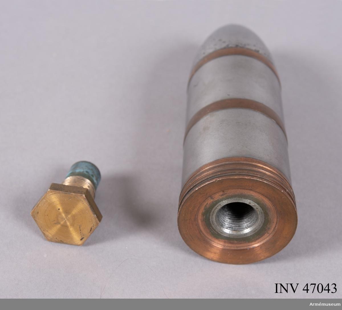 Grupp E V. Gjutjärnsgranat till 47 mm 1-pipig maskinkanon. Kanon av Nordenfelts patent. Gåva från kapten Å Nordenfelt vid Wendes Artilleriregemente.