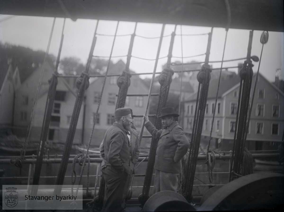 """Stavanger var ekspedisjonens første havn i Norge. Ekspedisjonen hadde vart i fire år. """"Fram"""" lå i Stavanger fra lørdag 19. til mandag kveld, 22. september 1902."""