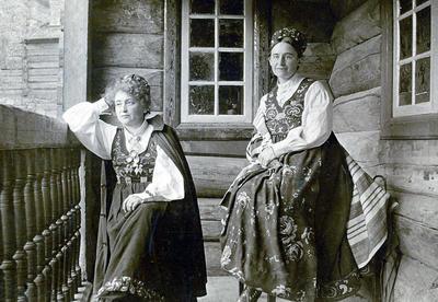 Hulda og Tilla på Maihaugen. Begge i bunader. (Foto/Photo)