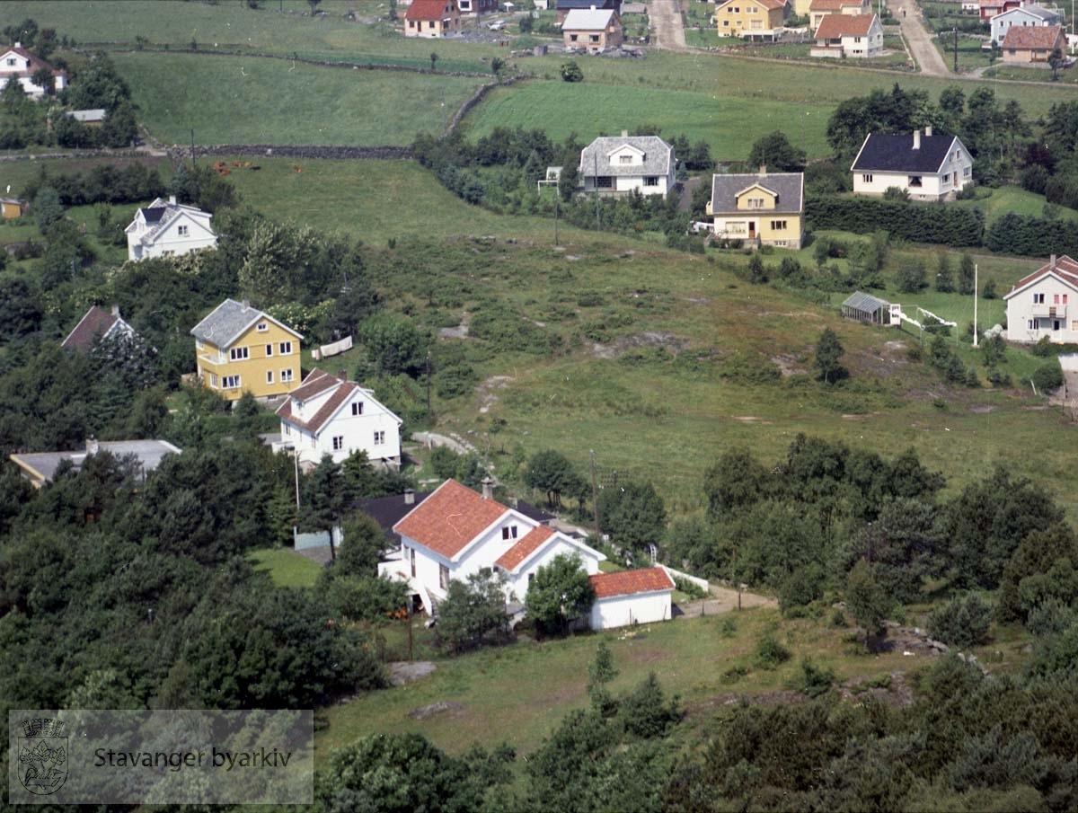 Bebyggelsen ved Knausen, Nordlia, Øvre Sandvikvei..I øvre bildekant Ringåsveien, Åsveien, Brattåsveien