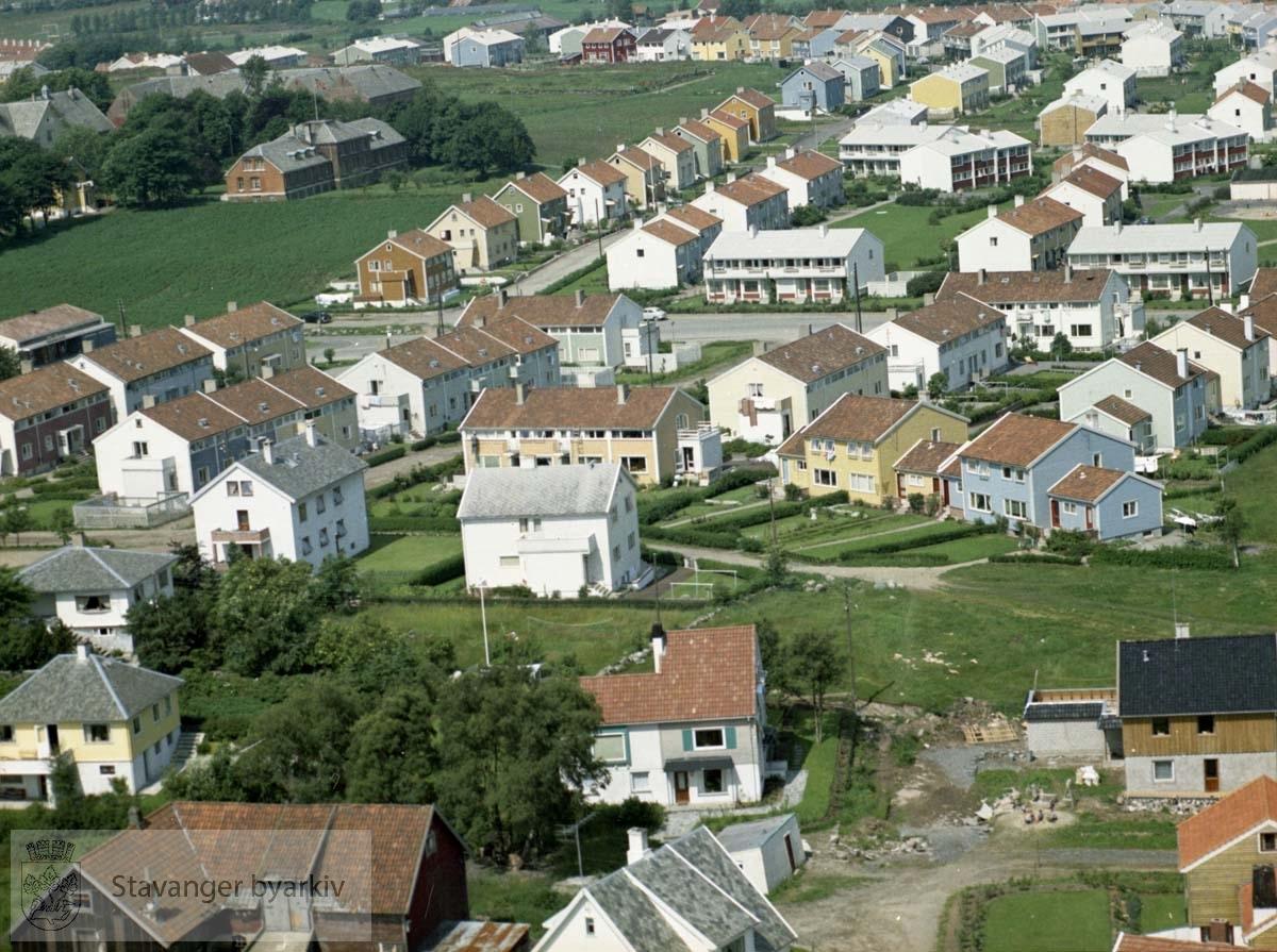 Bebyggelsen ved Ringåsveien, Finnåsveien, Bergåsveien, Tjønnåsveien, Haugåsveien, Frams gate, Nordlysbråtet..Øverst til venstre Arbeidsgården, Bekkefaret
