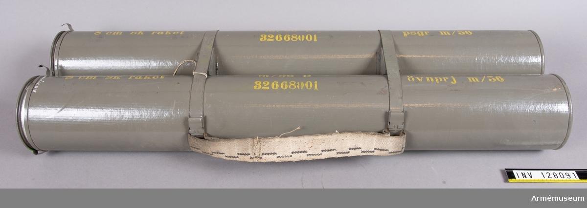Med 8 cm raket m/1956 B med pansarspränggranat m/1956 och 8 cm raket m/1956 B med övningsprojketil m/1956.