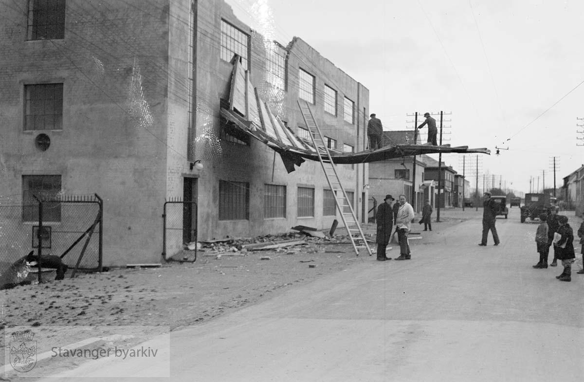 Ødeleggelser på Sven Andersens fabrikk i Hillevåg. (I dag er bygningen kjent som Bikuben)