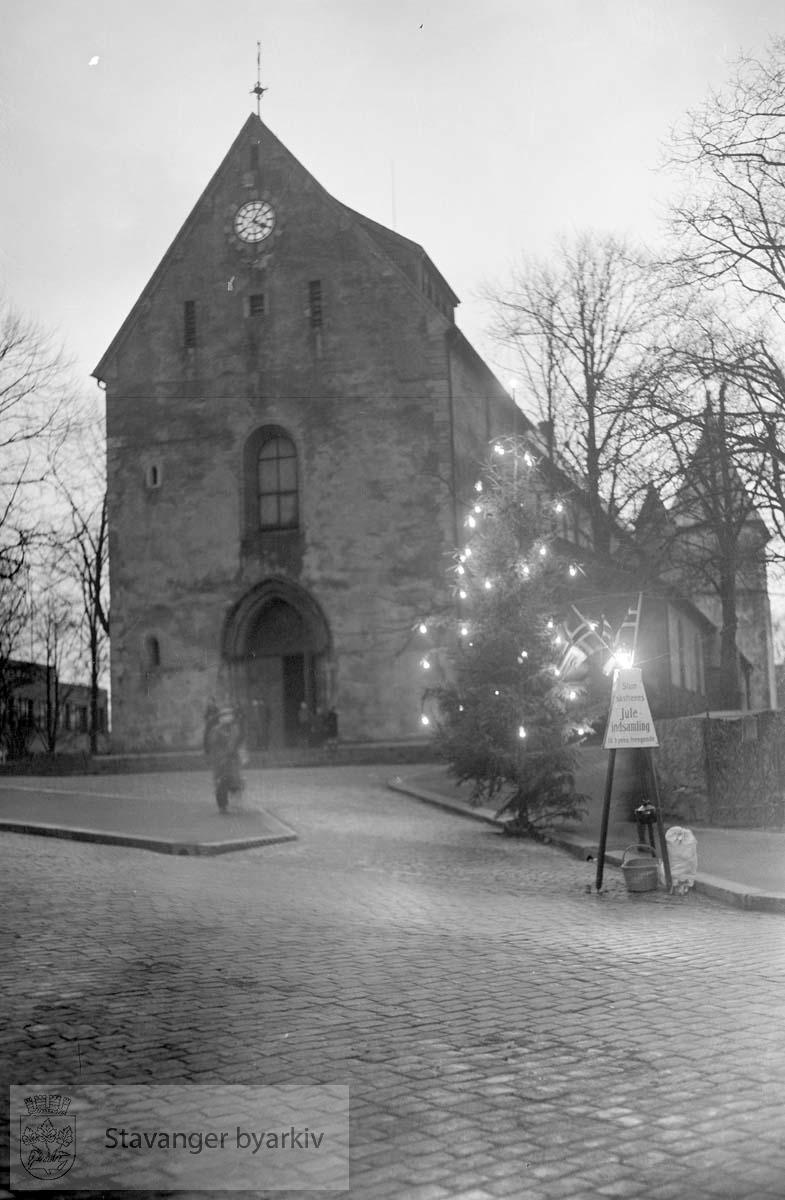 Juletre og innsamlingsgryte utenfor domkirken